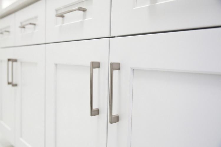 Вертикальные ручки для кухонной мебели