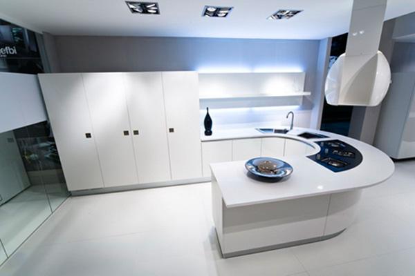 Если хватает площади, то можно позволить себе кухню и такой необычной планировки