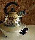 На крышку ставится кастрюлька или чайник