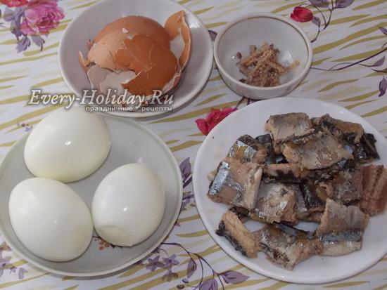 яйца отварить, рыбу очистить