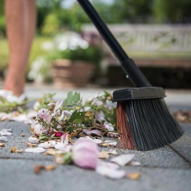 Фото Универсальная садовая метла  FISKARS, 1025926