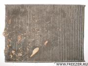 Сильно забитый салонный фильтр затрудняет доступ воздуха в салон и является одним из источников неприятного запаха.