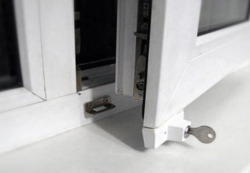 Защита окна замком