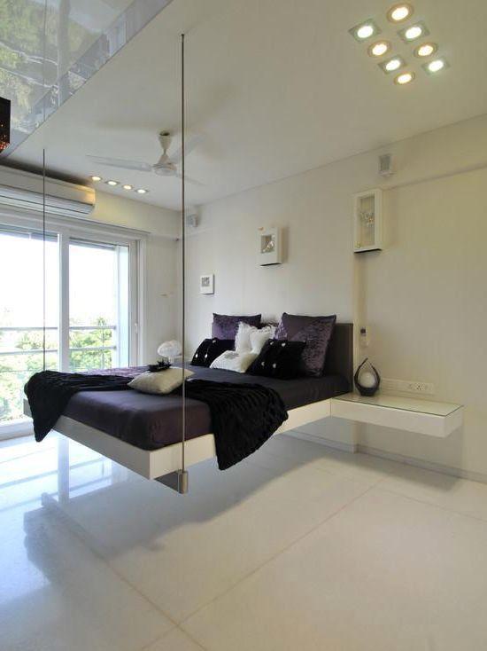 белая спальня с подвесной кроватью