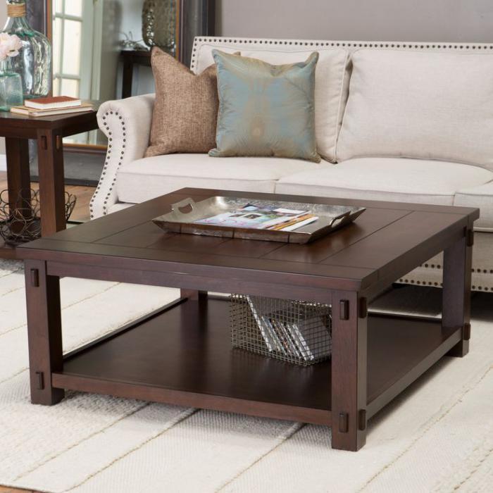 Темный журнальный столик из дерева с местом для хранения