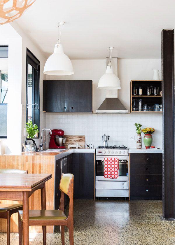 Черный цвет в интерьере маленькой кухни