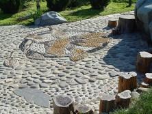 речные камни разных размеров в ландшафтном дизайне