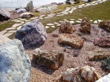 очень крупный и мелкие камни в ландшафте