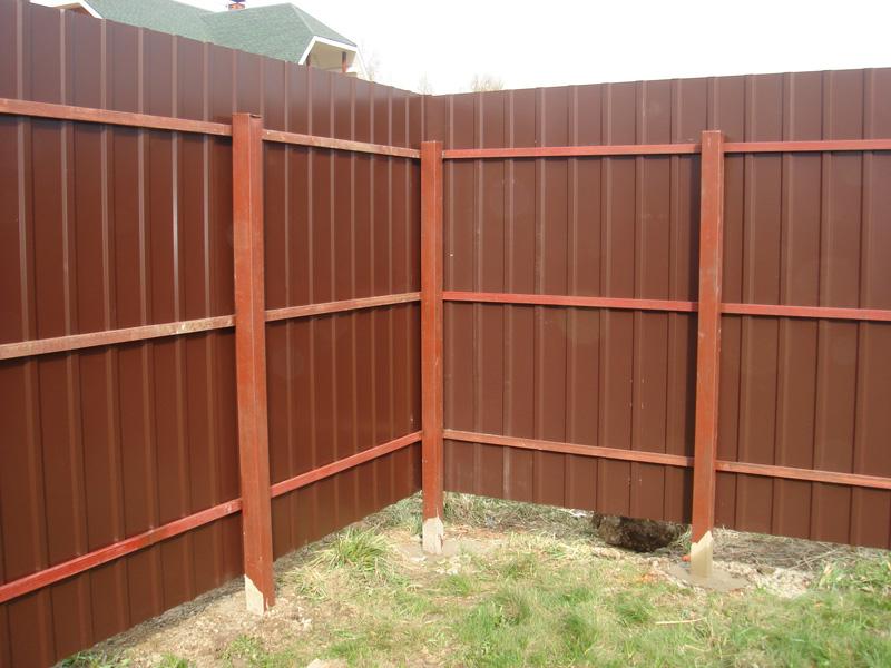 Устанавливаем забор из листа металлопрофиля