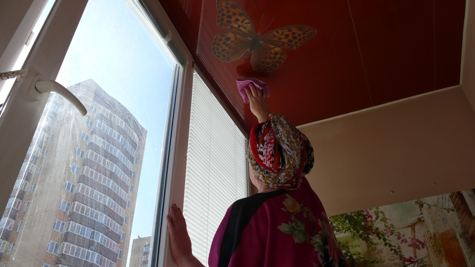Как мыть натяжные потолки