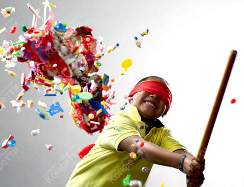 мальчик играет в пиньяту
