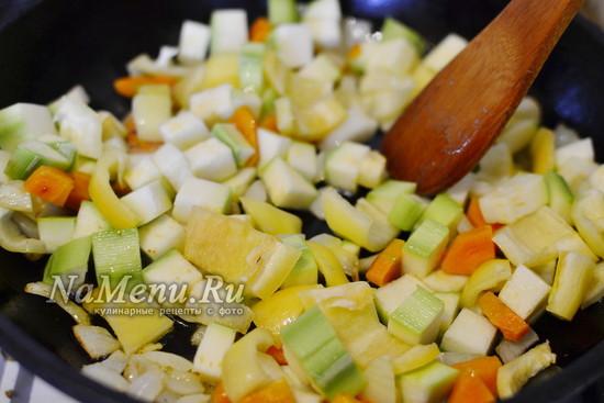 добавляем перец и кабачки