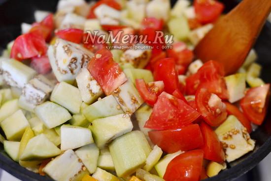 добавить баклажаны и томаты