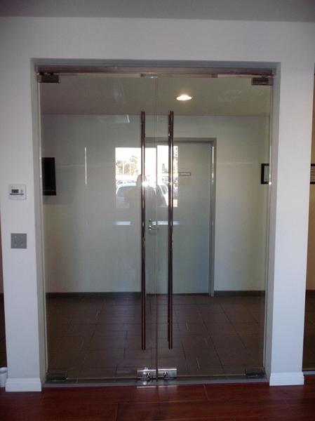 Двустворчатая дверь из стекла