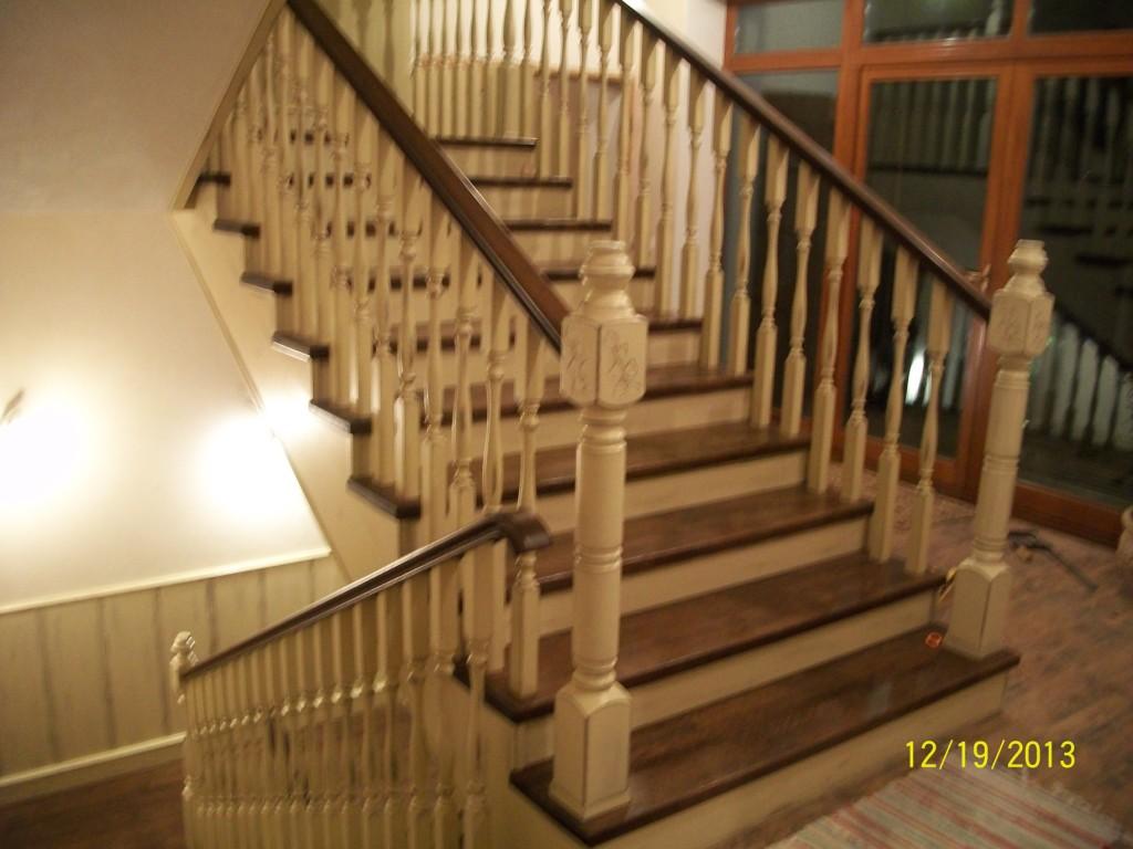 Лестница деревянная на бетонном основании
