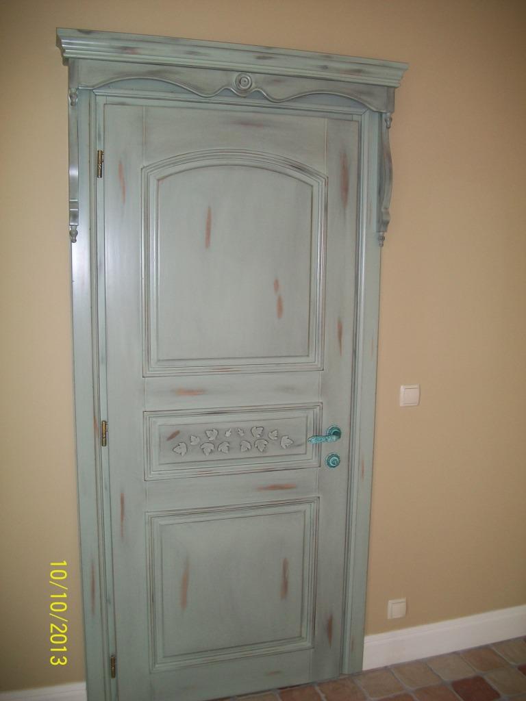 Дубовая дверь с эффектом старения и резьбой