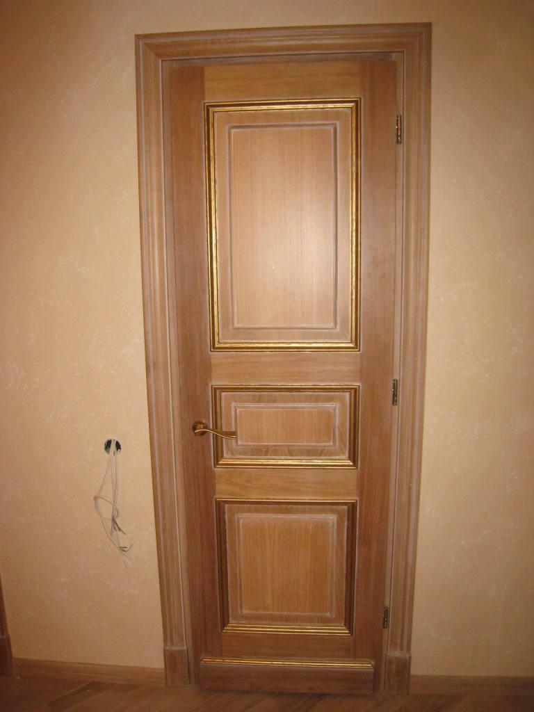 Дубовая межкомнатная дверь с эффектом старения и позолотой