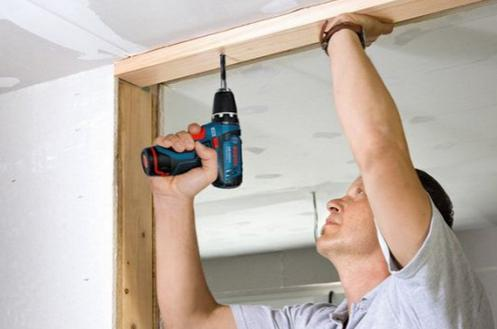 Сверление потолка шуруповертом с ударным механизмом