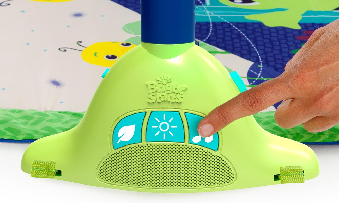 dziecko bawi się Bright Starts Mata edukacyjna Lullaby Lagoon Collection