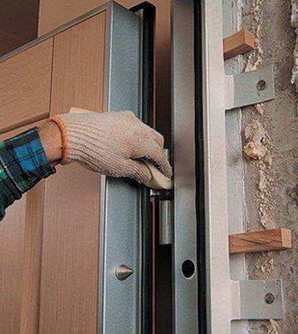 Навешивание двери и проверка ее работы