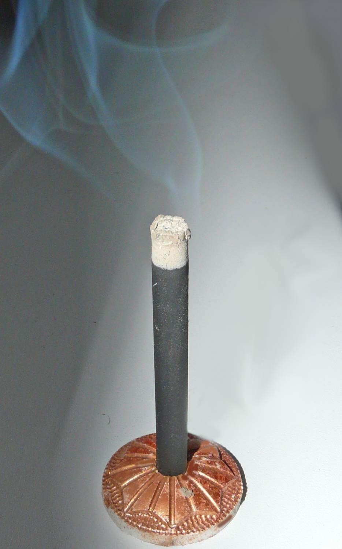 Кадильная свеча горит фото