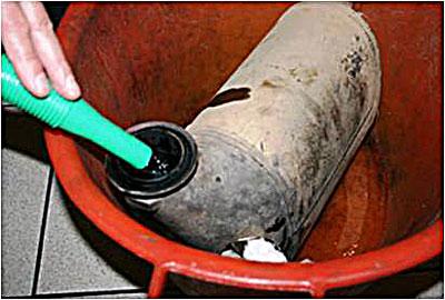 Чтобы произвести очистку, в демонтированный сажевый фильтр заливается состав Liqui Moly DPF Cleaner.