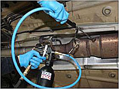Очистить сажевый фильтр можно и без демонтажа, для этого в отверстие датчика давления нагнетается чистящий состав Liqui Moly Pro-Line Diesel Partikelfilter Reiniger, который после воздействия на нагар нейтрализуется вторым компонентом Liqui Moly Pro-Line Diesel Partikelfilter Spulung.