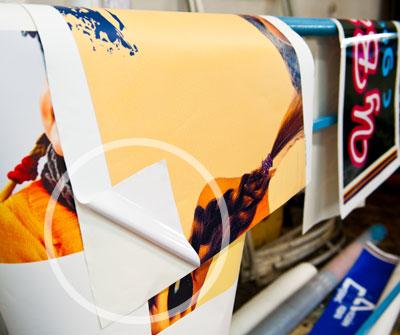 Здесь виден лицевой слой с рекламой и клеевой слой для наклейки