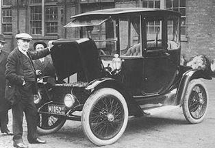 Томас Эдисон около электромобиля - 1912-й год