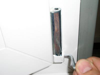 Смещение нижней части створки вдоль плоскости окна