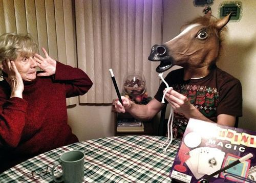 Человек в маске лошади показывает фокусы