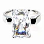 Серебряное с родированием кольцо с бриллиантом и изумрудными вставками Мэрилин Монро