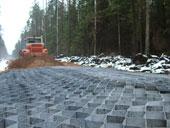 Укладка георешетки под основание дорог.