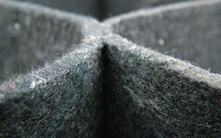 Благодаря волокнистой структуре материала, георешетка хорошо интегрируется в почву.