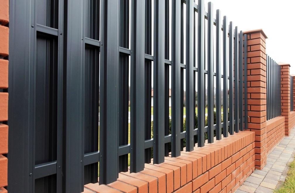 Металлоштакетник ― забор с двойным рядом штакетника