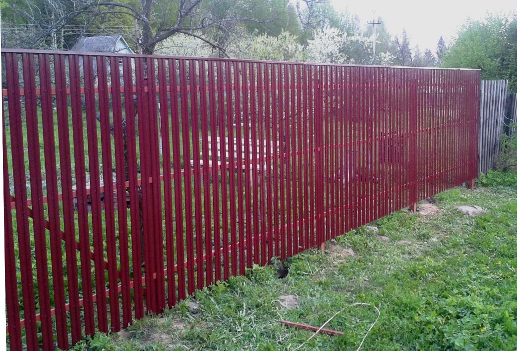 Евроштакетник М-профиль ― красный забор