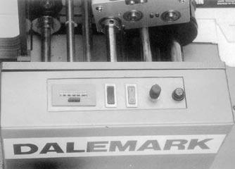 Принтер автоматически выбирает упаковки из установленной в него пачки, выполняет маркировку со скоростью до 140 шт. в минуту и складывает готовые изделия на аккумуляционном конвейере, который входит в стандартный комплект поставки. Машина оборудована 6-значным счетчиком упаковок. Валы закреплены в герметичных подшипниках.