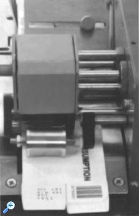 В принтере используется сухой красящий ролик, насыщенный акриловым составом на основе смол. Сухой при обычной температуре, красящий ролик отдает краску только на разогретый металлический шрифт, установленный во вращающемся барабане