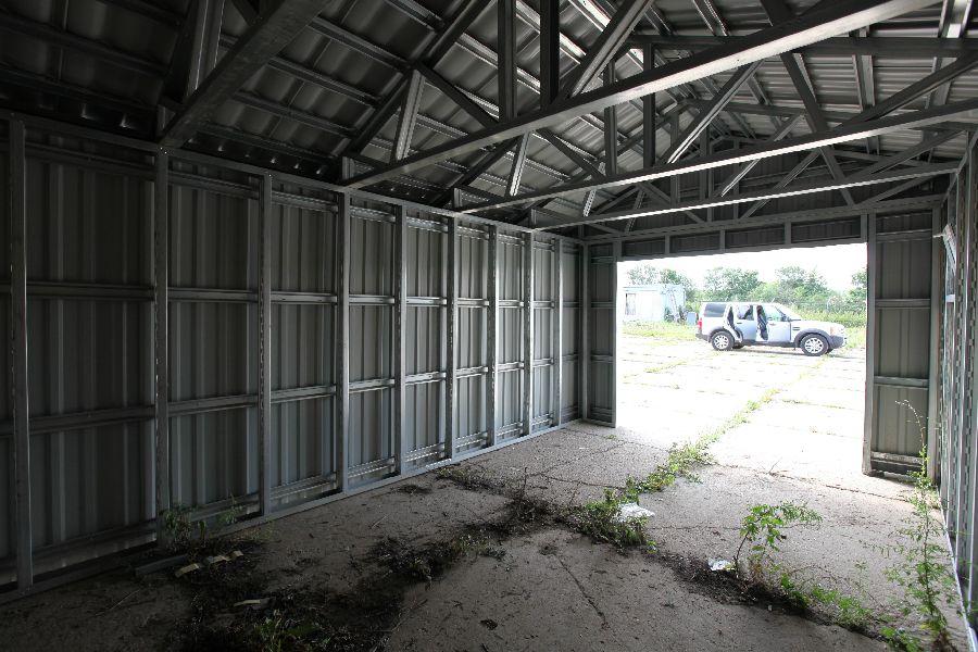 металлический гараж на участке