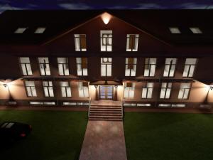 Главный фасад гостиницы ночью