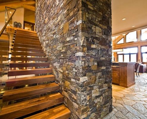 Деревянная лестница у каменной стены