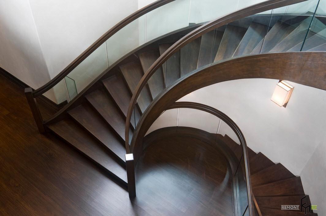 Изящная винтовя лестница из темного дерева