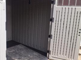 двери висят на 4-х металлических петлях