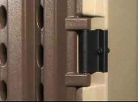 двери висят на прочных металлических петлях