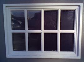 Наличие окон в дверях придают хозблоку сходство с домиком