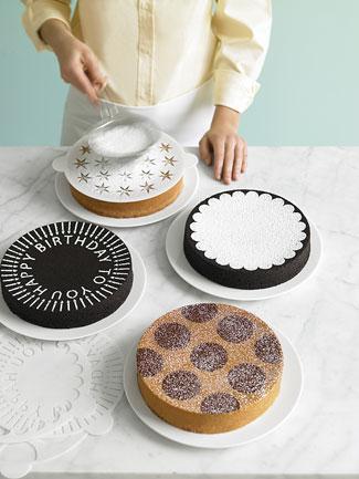 Как украсить торт с помощью трафарета