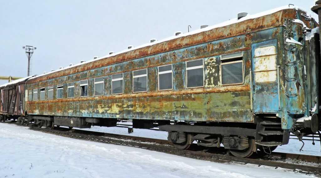 старый купейный вагон на металлолом