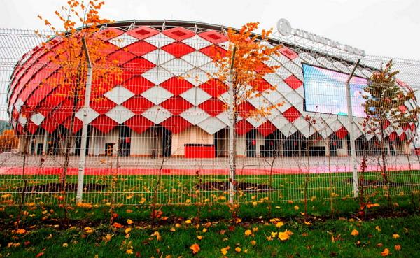 Панельное ограждение стадиона с противоперелазными козырьками
