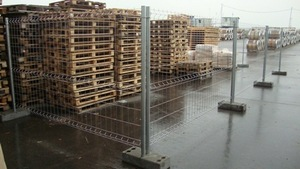 Временное строительное ограждение на бетонных блоках