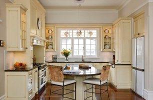 Белая кухня в стиле кантри с зелеными стенами